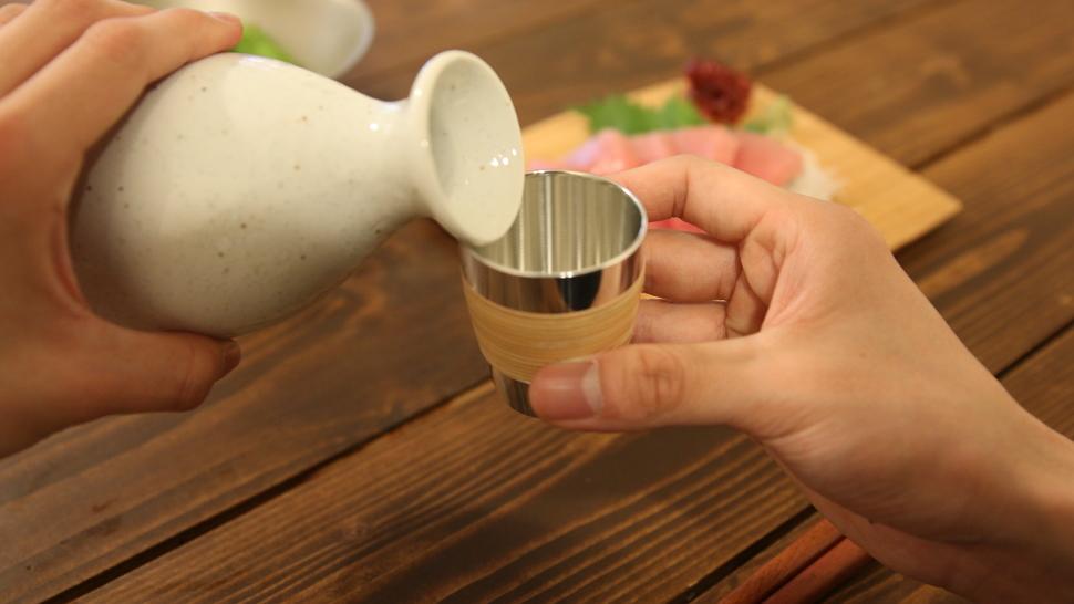ぐい呑みに日本酒を注いでいる風景