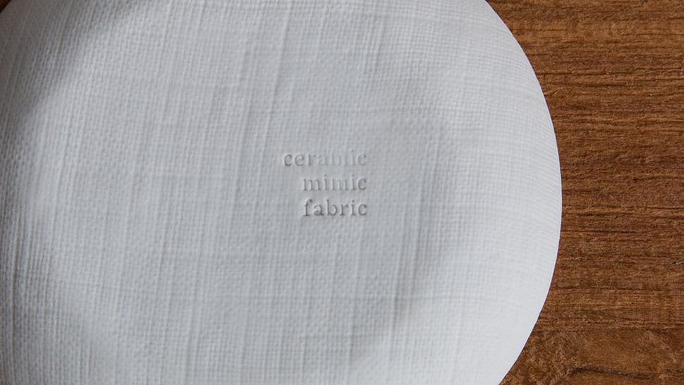 小皿の裏に書いてあるCeramic mimic fabricの様子