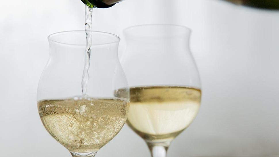 タサキ スパークリングにワインを注いでいる様子