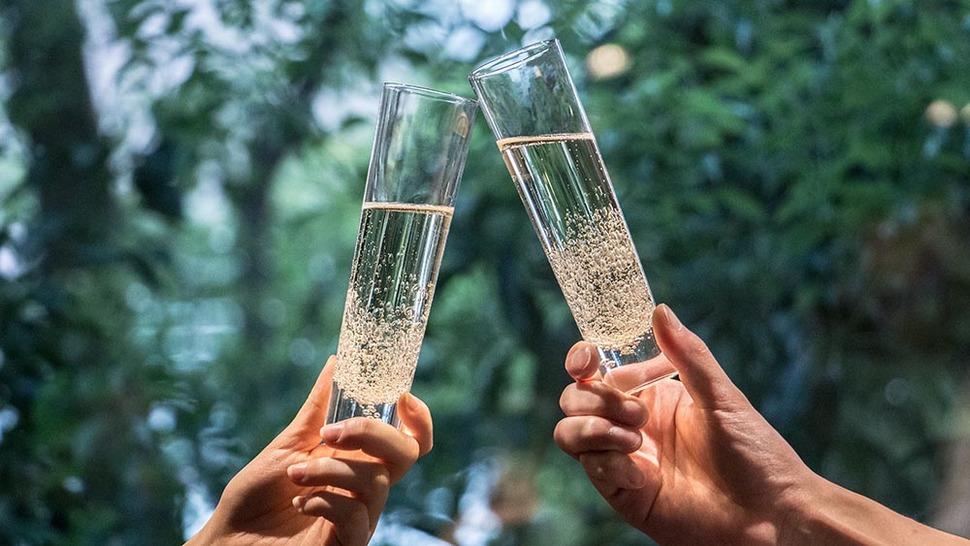 ア ワ グラス シャンパンを二人で使用する様子