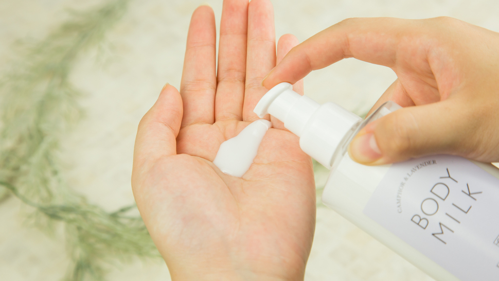 put-body-milk-on-the-hand