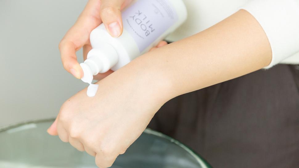 woman-put-body-milk-on-her-hand