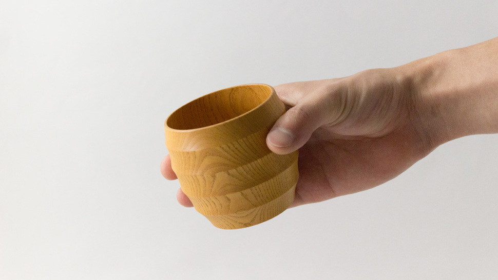手に持ったWAQWAカップ L