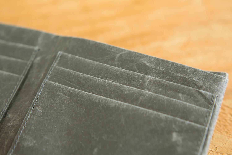 新素材の特性を活かした便利な財布