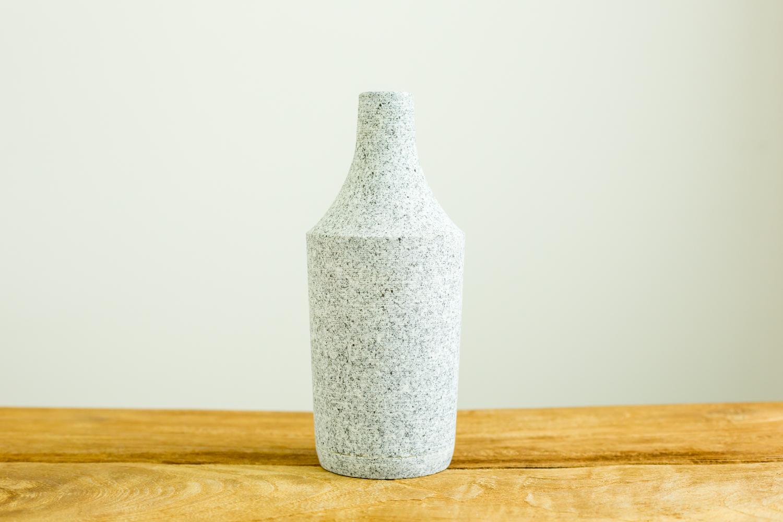 植物の色合いを引き立てるおしゃれな石の花瓶 BOTTLE L