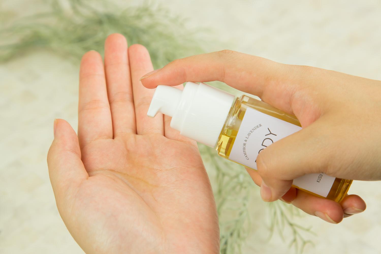 お肌を乾燥から守るKUSU HANDMADEカンフル&ラベンダー ボディトリートメントオイル