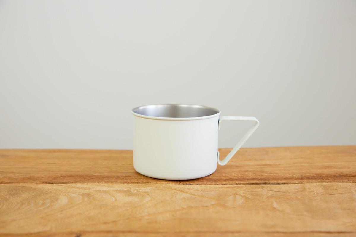 シンプルで飾らないデザインのマグカップ