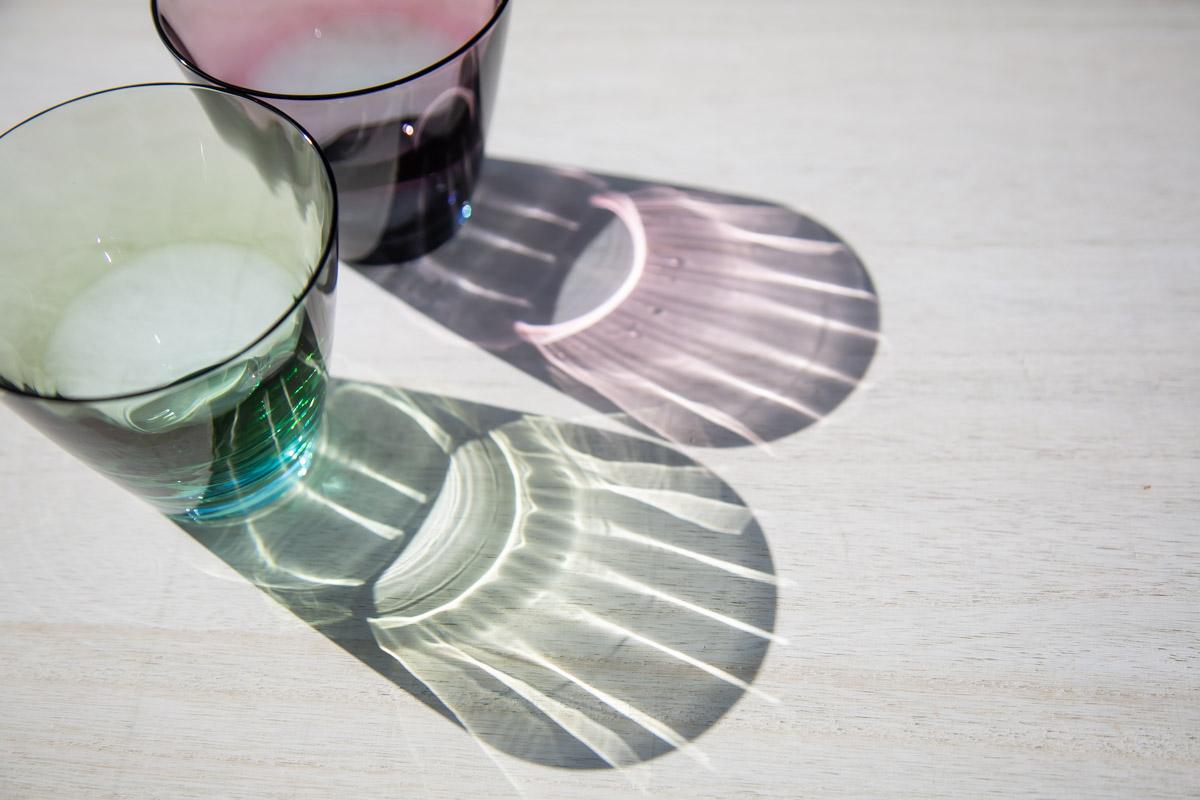 2色のグラデーションが鮮やかなロックグラス