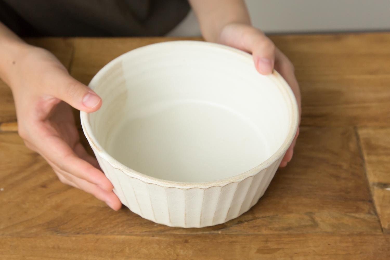 野菜の色が映える生成り色の陶器