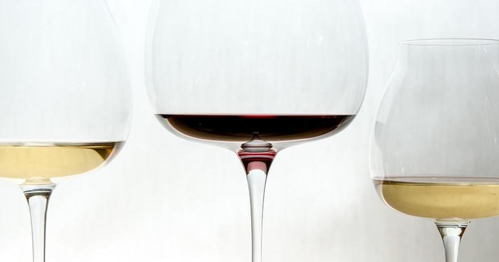 ワイングラスを回す理由とは?ワインのスワリングについて