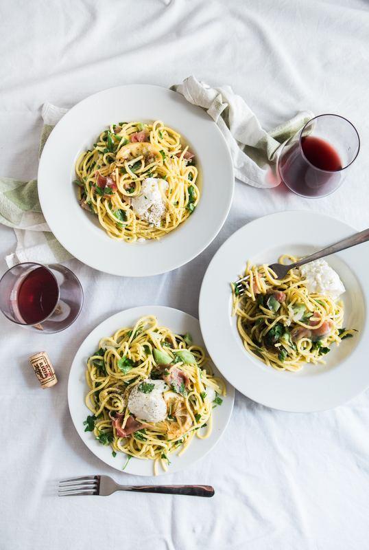 テーブルクロスとワインと料理