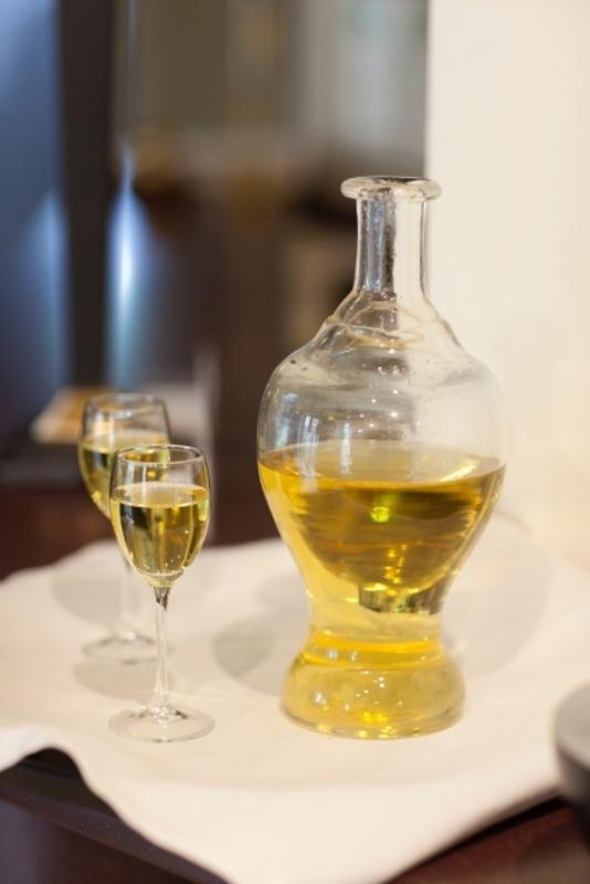 デキャンタに入れられた白ワイン