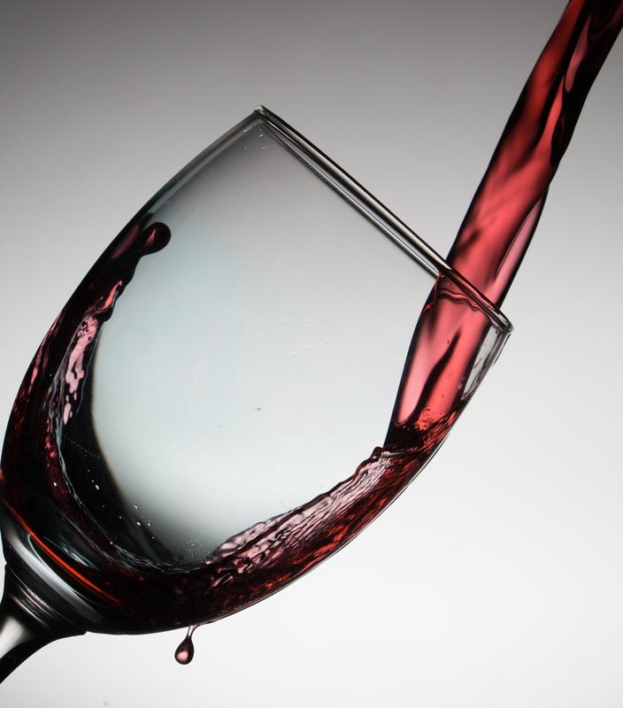 赤ワインを注ぐ様子