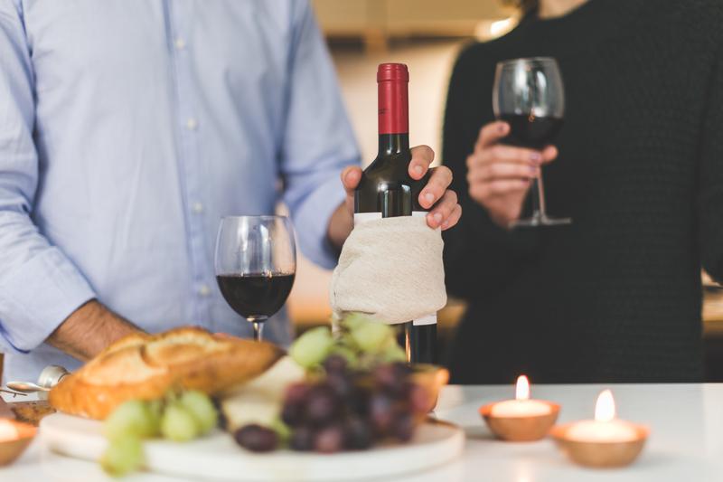 赤ワインを楽しむ二人