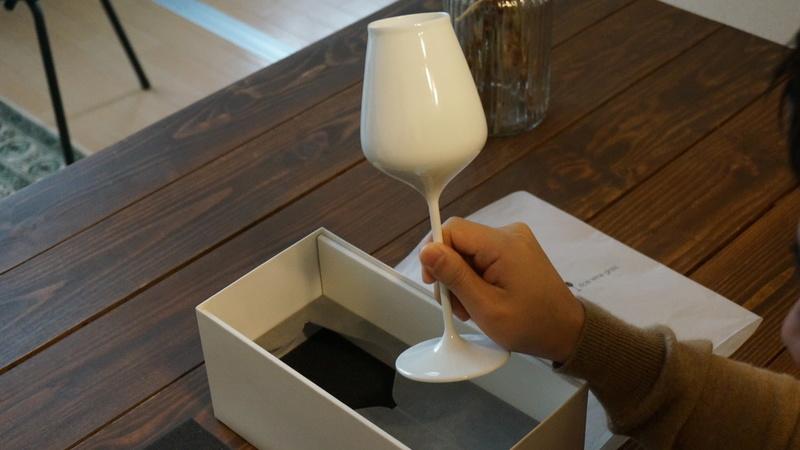 日本酒ワイングラス手に取る
