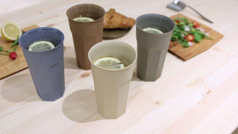 机の上に並んでいて色の違うソークカップ L