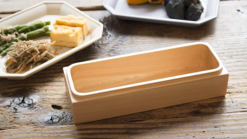 紀州ひのきの弁当箱(長方形)が食卓に置いてある様子