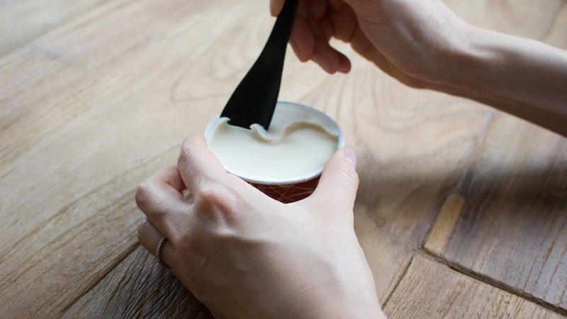 アイスクリームスプーンでアイスクリームを掬っている様子
