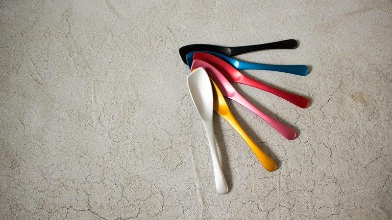 アイスクリームスプーンが7色展開している様子
