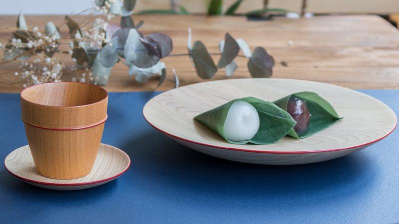 MOKU ミニカップ & ソーサーとお菓子が並んでいる様子