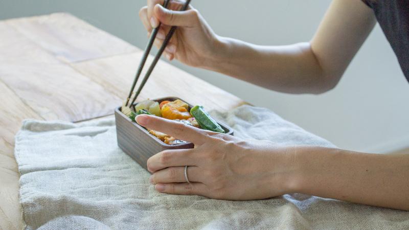 うるしの弁当箱 (二段)食事中