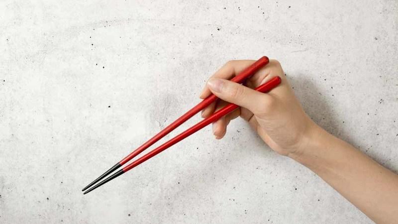 さくら 夫婦箸を手に取っている様子