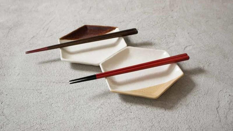 さくら 夫婦箸がお皿の上に置いてある様子