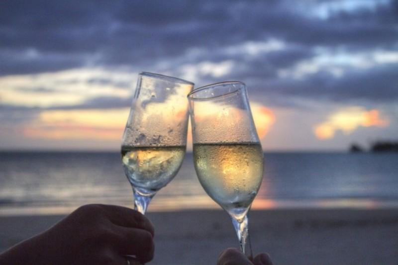 ワイングラスでの乾杯