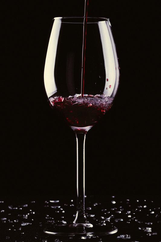 赤ワインを注がれるグラス